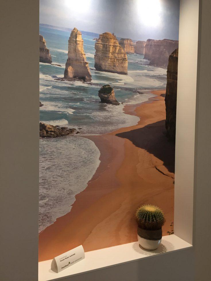 Doorkijkje naar strand in Australie naast trap van Veerman & Kemper stukadoors